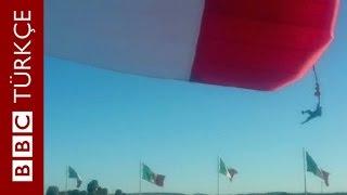 Törende dev bayrağa takılan asker 30 metre havaya fırladı - BBC TÜRKÇE