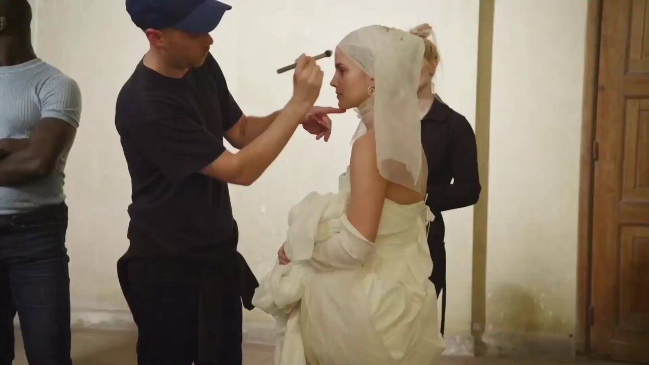 Calendario 2020 Pirelli.Pirelli Calendar 2020 Emma Watson Stars In Romeo Juliet Inspired Shoot