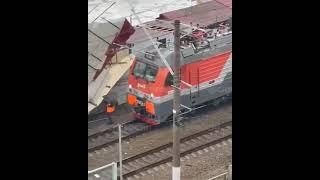 В Сочи на провода и железнодорожные пути упала металлическая крыша 25.09.21