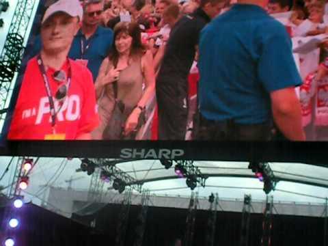 Euro 2012: Polscy piłkarze rozdają autografy w Strefie Kibica w Warszawie