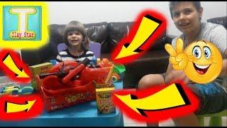 Видео для детей. Открываем подарки: машинки,монстер трак, строительный набор. Игры для мальчиков.(Привет всем! Совсем недавно я обещал вам, что выложу новое видео о том, как я распаковываю игрушки, которые..., 2016-02-21T13:39:50.000Z)