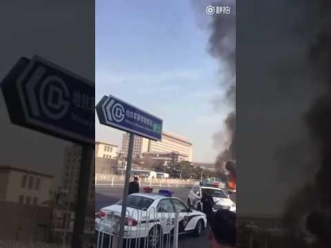 北京军博轿车追尾起火