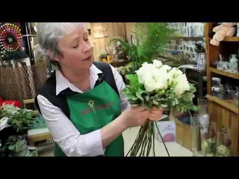 Смотреть Белые розы составление букета невероятной красоты своими руками (мастер класс по флористике).