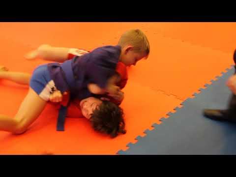 Большов Арсений 6 лет -  против соперника 7,5 лет в более тяжелой весовой категории
