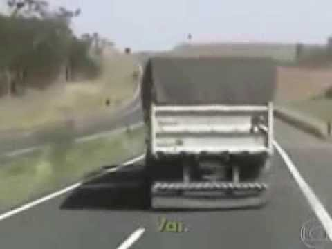 AMAZING VIDEO- TRUCKS ALMOST TIPPING OVER in Brasil - Caminhoes fazendo Quebra de Azas Travel Video