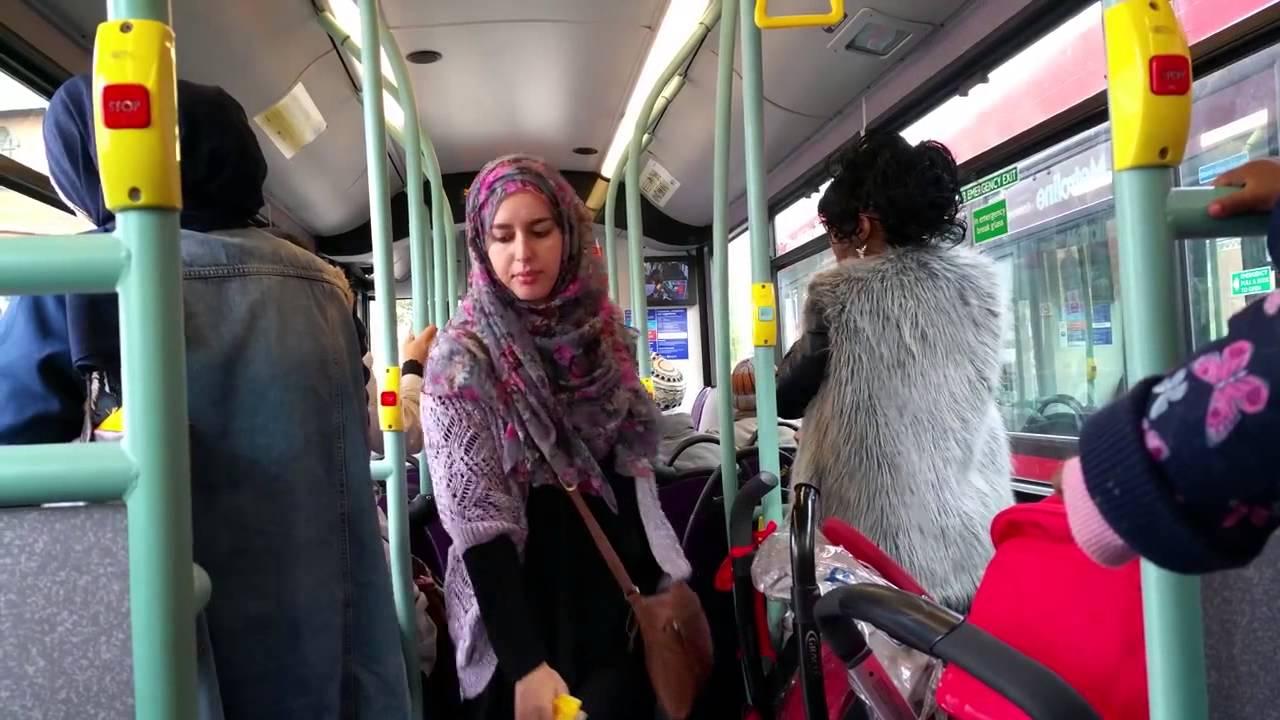 «non viaggio sul pullman guidato da un uomo». musulmana protesta e ottiene autista donna