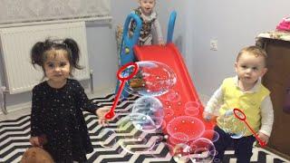 Rana ve arkadaşları köpük baloncuk yakalamaya çalışıyor.Eğlenceli çocuk videosu