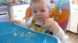 У ребёнка Строгая диета! Только хлебные крошки! A strict diet.