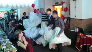 Конкурс на свадьбе (переодевание)