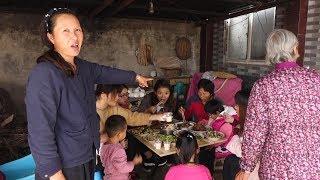 农村妈妈和婆婆做的啥饭 几十个人跑来吃 镜头带你了解真实农村