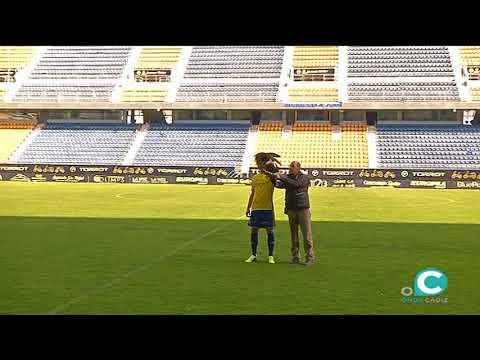 El Cadiz Ficha A Un Halcon Para El Estadio Carranza Youtube