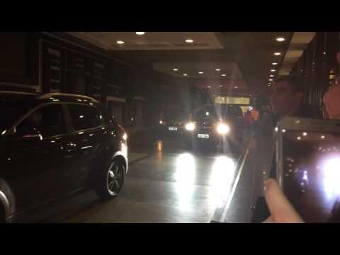 Axl Rose saindo do Hotel em Curitiba - Guns n Roses - 17/11/2016