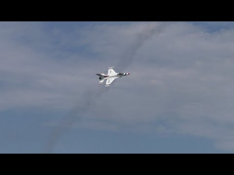 Thunderbirds Sneak Pass at 2016 Chicago Air and Water Show