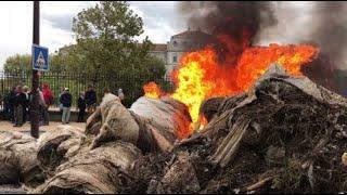 Avignon : les agriculteurs mettent le feu devant la préfecture