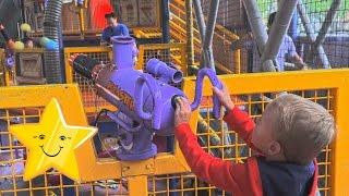 СУПЕР ВЕСЕЛЫЙ Парк Аттракционов Для Детей Six Flags Америка Влог Макс Играет С Воздушными Пушками