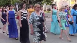 Идут выпускники 2016 года. г. Токмак, Запорожская обл.(28 мая 2016 года. По центральной улице города идет колонна выпускников общеобразовательных школ города Токмака., 2016-05-29T16:28:11.000Z)