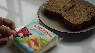 Ăn bánh mì ngũ cốc kẹp phô mai dinh dưỡng