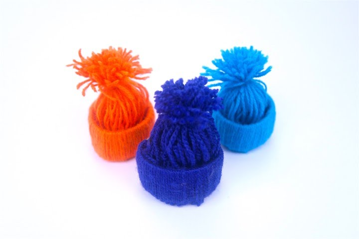 Cappellini di lana  l originale decorazione per il tuo albero di Natale a90c009d5991