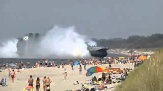 سفينة حربية روسية تخرج فجأة على المستجممين في الشاطئ