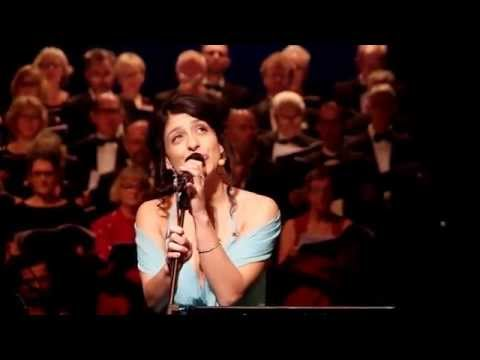 Mercedesz Csampai sjunger