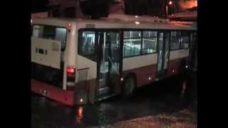 izmir de trafik kazası. Belediye otobüsü park eden araca çarptı. Kavga çıktı