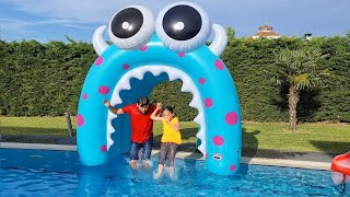 Öykü and Dad are going to swim in the pool giant water tunnel