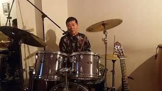 名物マスターが、毎日午前中ドラムレッスンを。ドラムは感性と運動神経...