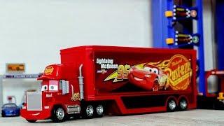 Игрушечные машинки и Трейлер грузовик Мак едут на парковку. Игрушки для детей