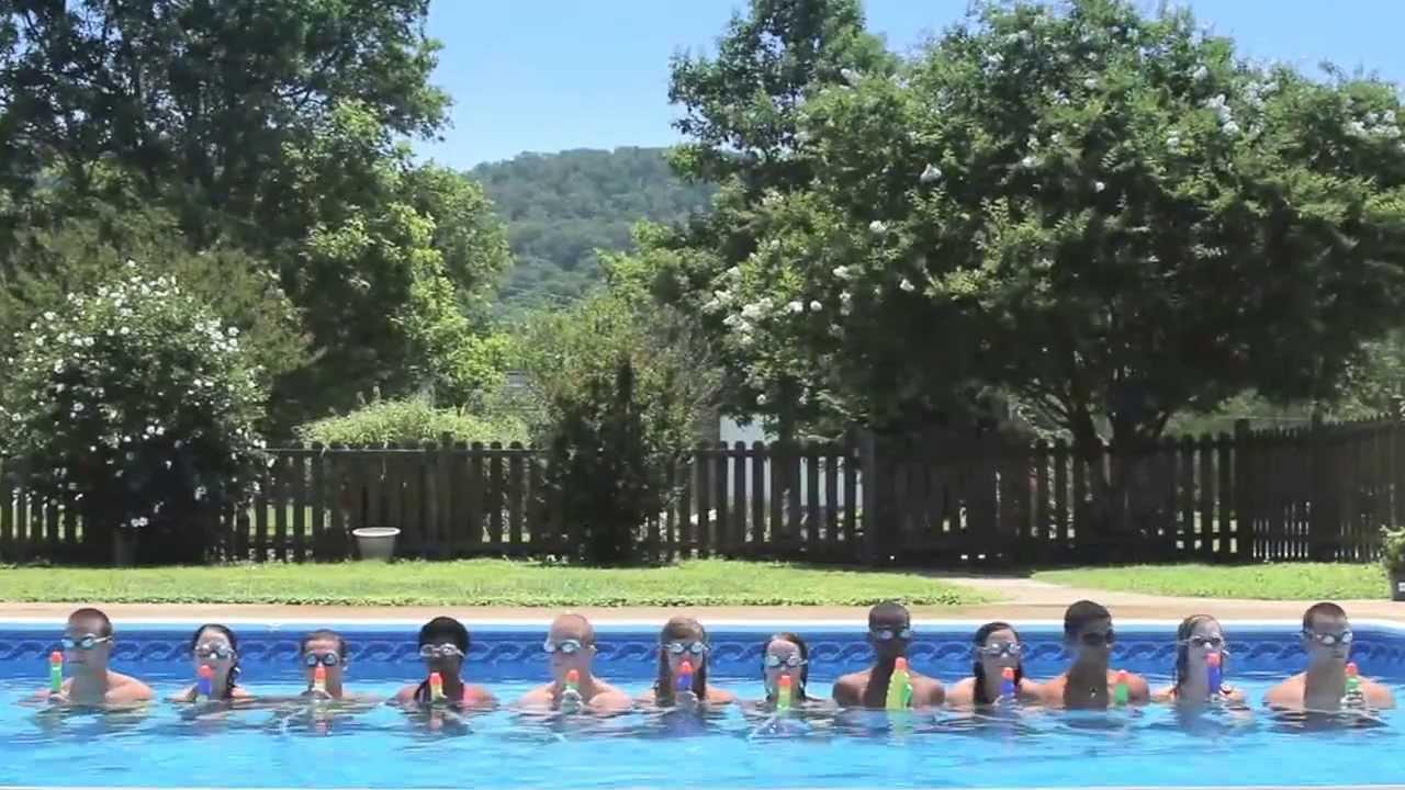 Les enfants cr ent spectacle de l 39 eau dans la piscine for Piscine enfant