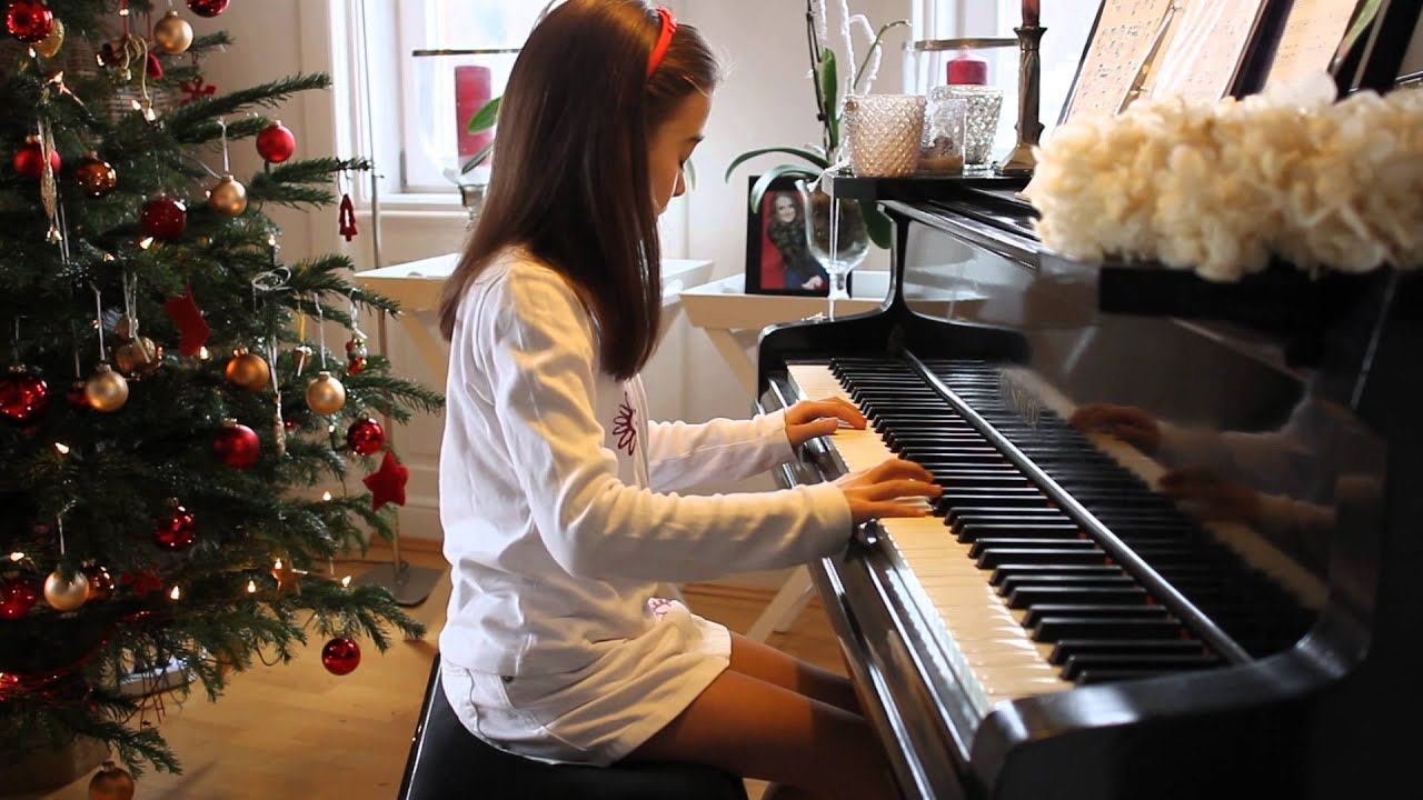 5 years old girl from North Korea (DPRK) plays piano - YouTube