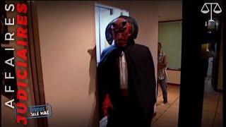 L'avocat habillé en diable qui poursuit ceux qui ne remboursent pas leurs dettes