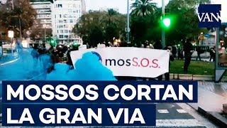 Los Mossos cortan la Gran Via de Barcelona