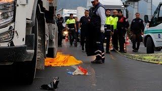 Yolda kulaklıkla yürüdüğü öne sürülen kadın TIR'ın altında kalarak öldü