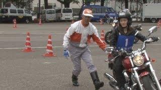 春の交通安全キャンペーン中の10日、東京都内でオートバイの運転技術...