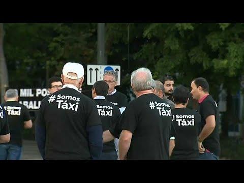 Centenas de táxis continuam parados
