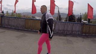 Мужик в розовых лосинах в центре Красноярска