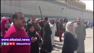 أهالي المفرج عنهم بعفو رئاسي في انتظار ذويهم أمام سجن طرة.. فيديو وصور