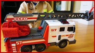 消防員開來消防車帶來的驚喜玩具