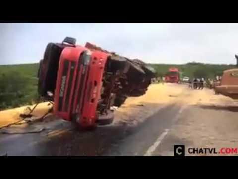 cách mà người nước ngoài cứu hộ xe tải bị lật