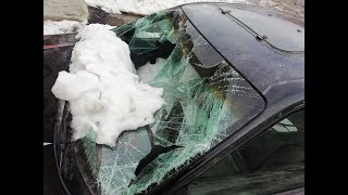 Упал снег с крыши на автомобиль!!!
