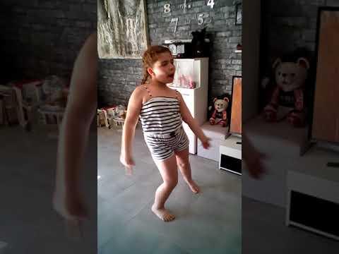 A mon age Lylou danse sur Lou Toute première vidéo youtube 😁😁😁