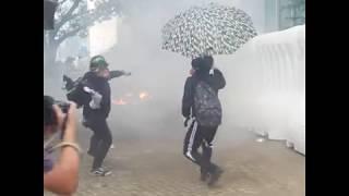 香港立法会外爆发警民冲突 警方向示威者喷射蓝色水炮