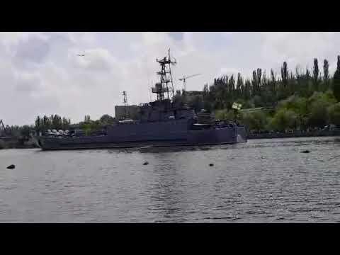 0512: Корабль 'Юрий Олефиренко' проходит под Ингульским мостом