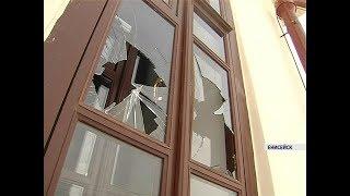 Вандалы побили окна и сломали двери в недавно отреставрированных зданиях Енисейска