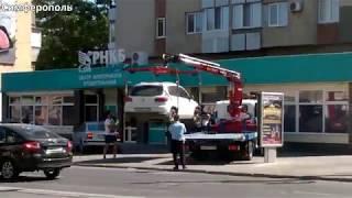 Как в Симферополе эвакуатор забирает авто