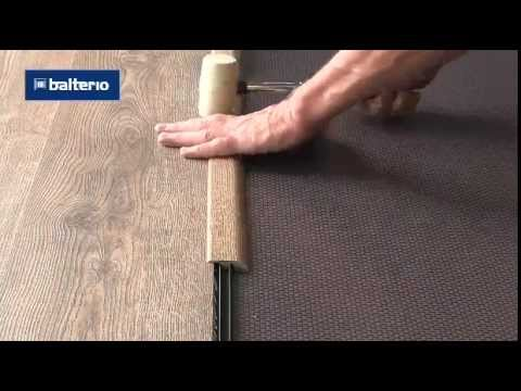 В паз на изнаночной стороне порожка вставляется. Креплением на стык ламината и плитки.