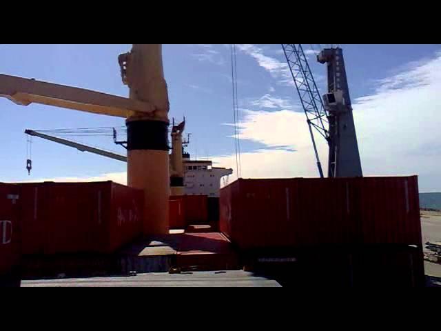 navio operando no porto pecém
