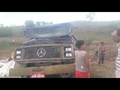 POLICIAL: CARRO PIPA CAPOTOU NA ESTRADA DE QUICÉ