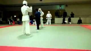 一般初級(白帯)vs壮年(橙帯)の試合です。 壮年は日本拳法の使い手だ...