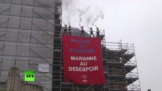Активистки FEMEN вывесили плакат с лозунгом против Ле Пен